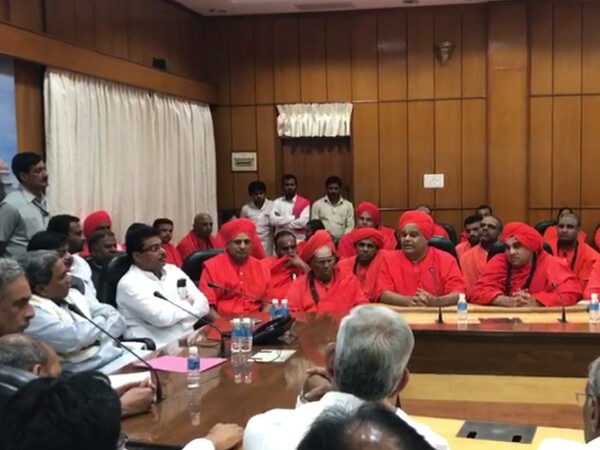 Over 50 Lingayat seers meet CM, demand separate religion tag
