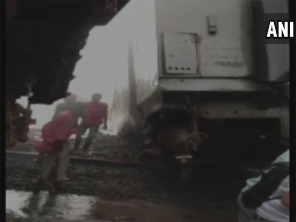 Nagpur-Mumbai Duronto Express derails, injuries reported; rescue ops on