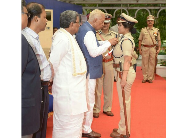 IPS officer Roopa Moudgil receiving the President's medal by Karnataka Governor Vajubhai Vala.