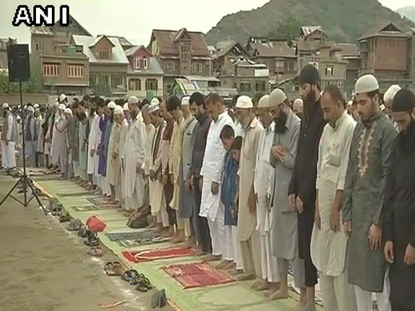 Muslims around world celebrate Eid as hajj enters final days