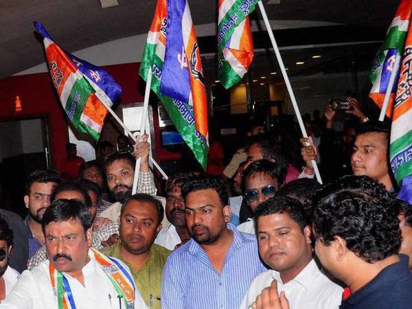 MNS workers target Gujarati signboards at shops in Thane