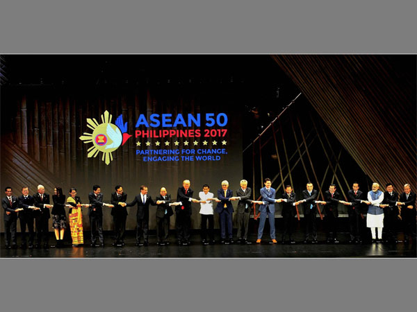 Prime Minister Narendra Modi and other leaders at the opening ceremony of the 31th ASEAN Summit, in Manila, Philippines