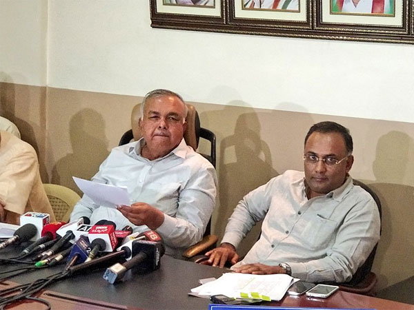 Home Minister Ramlinga Reddy and KPCC working president Dinesh Gundurao. Courtesy: @INCKarnataka