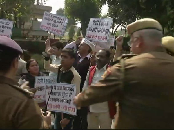 Delhi: AAP workers protest outside HM Rajnath Singh's residence