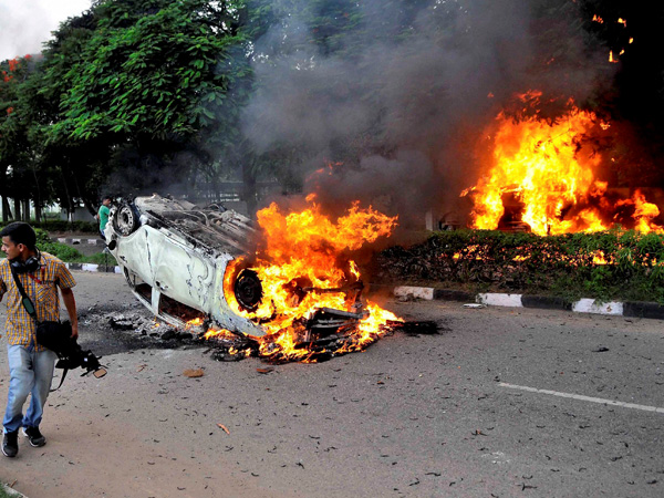 Vehicles set ablaze during Dera violence