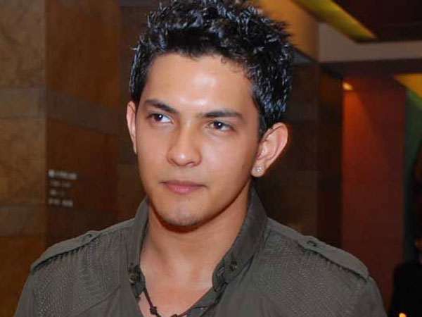 Singer Aditya Narayan's vehicle  rams auto; 2 hurt