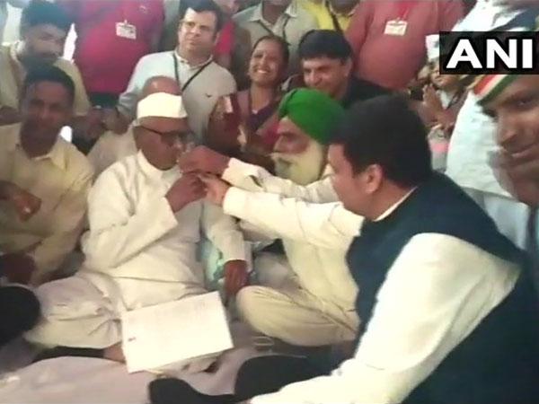 [Anna Hazare breaks fast after meeting Devendra Fadnavis]