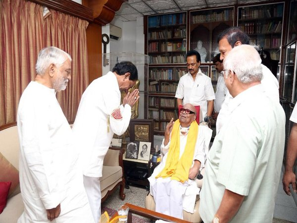 KCR meeting Karunanidhi (Image courtesy - Twitter/@mkstalin)