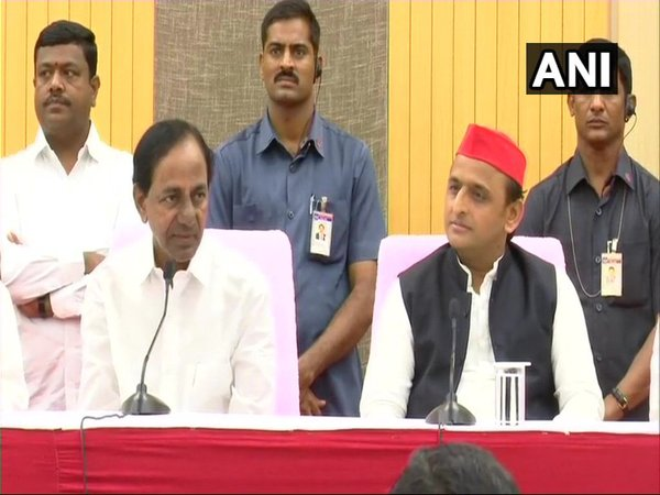 Akhilesh Yadav meets KCR in Hyderabad