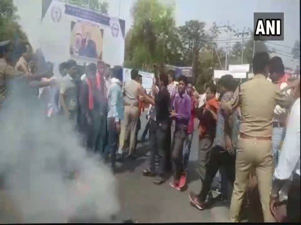 Hindu Yuva Vahini supporters protesting at AMU