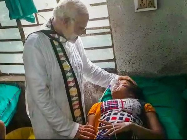 PM visits injured people in hospital