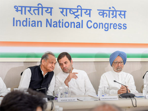 Congress President Rahul Gandhi, former prime minister Manmohan Singh and party leaders