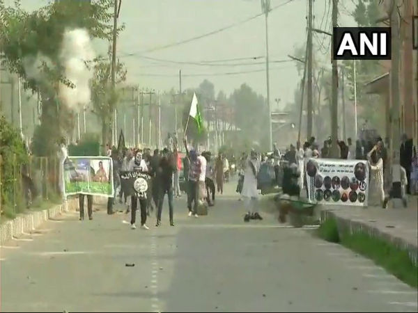 J&K: Massive clashes between youth, police at Janglatmandi in Anantnag after Eid Prayers
