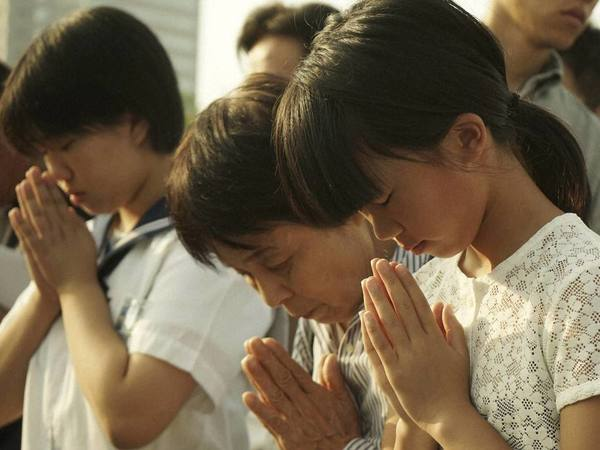 Visitors pray for the atomic bomb victims in front of the cenotaph at the Hiroshima Peace Memorial Park in Hiroshima. PTI file photo