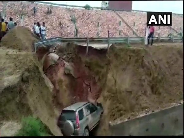 A brand new SUV stuck in Agra-Lucknow expressway