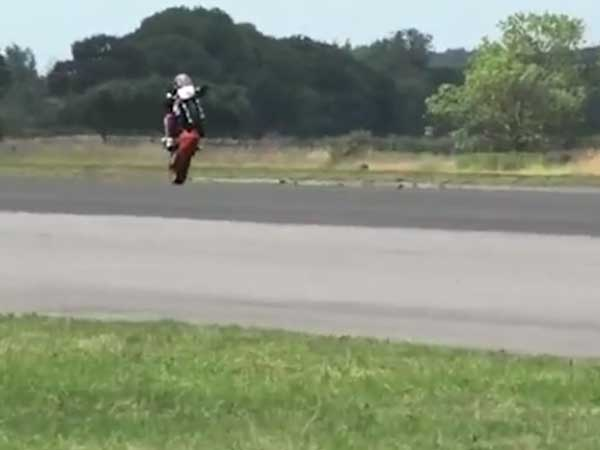 Expert runs bike on one wheel for 1 km at 127mph!