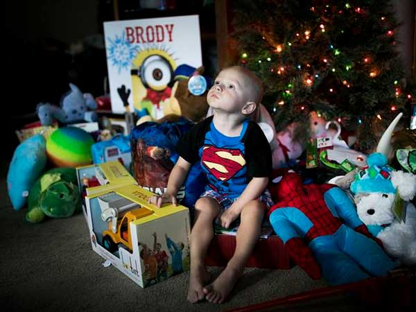 Family, neighbours hold early X-mas for 2-year-old who has incurable cancer