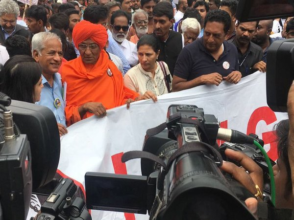 Activist Swami Agnivesh led a protest march to the Raj Bhavan. Courtesy: @KavithaLankesh