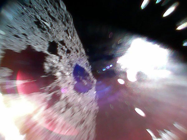How did Japanese space robots land on an asteroid?