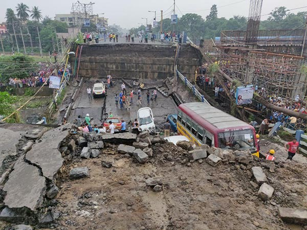 Majerhat bridge collapsed in Kolakata