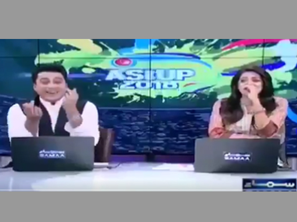 Pakistan news anchor bizarre act on live show leaves Twitter in splits