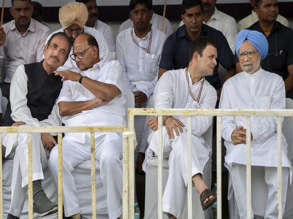 Dr Manmohan Singh, Rahul Gandhi, Sharad Pawar and Ghulam Nabi Azad during the rally