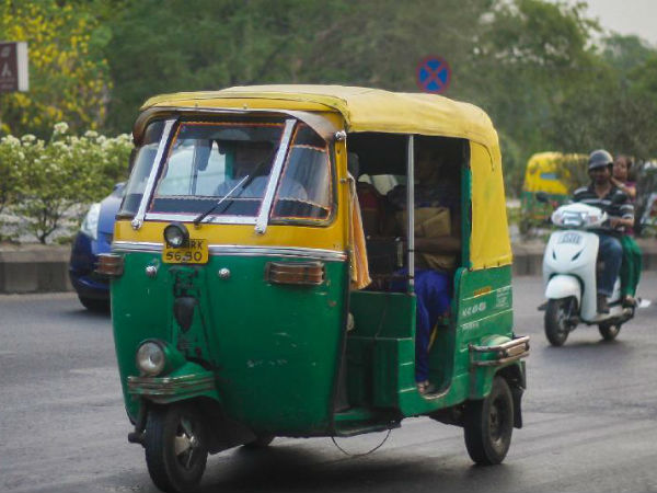 Constable robbed in a moving auto rickshaw
