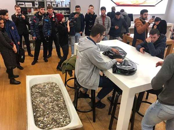 No demonetisation yet Russian man takes a bath tub full of coins to buy an Apple coin