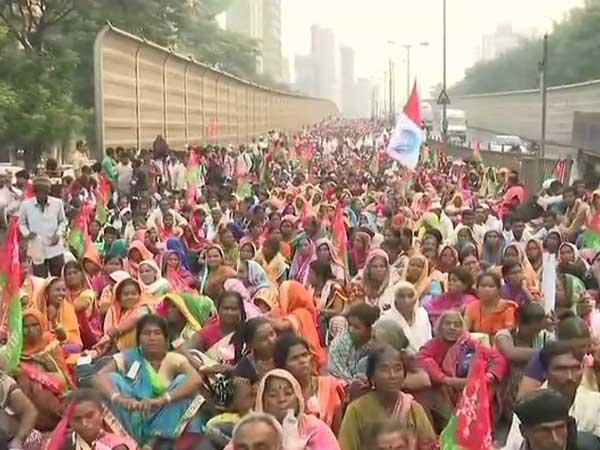 Maharashtra: Thousands of farmers march towards Azad Maidan in Mumbai, demand land reforms