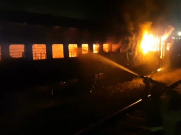 UP: Fire breaks out in coach of Passenger train at Jhansi Railway Station