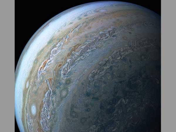 NASA's Juno probe sends back incredible photos of Jupiter ...