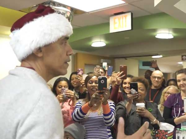 Video: A man with Santa hat arrives at kids' hospital in Washington and oh my god… it's Obama!