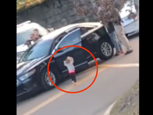 Video: Toddler gets out of car and walks to police officer with hands up