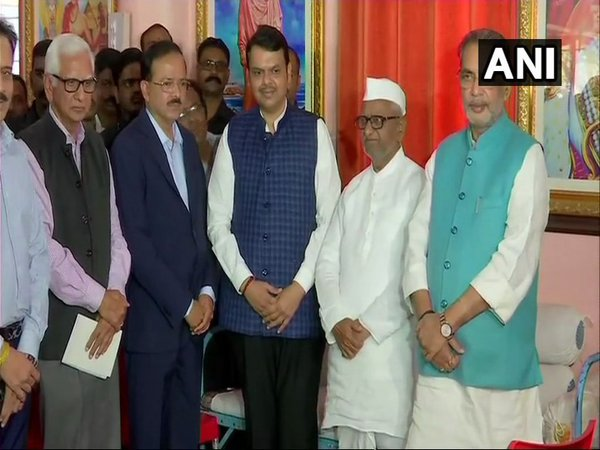 Maharashtra CM Devendra Fadnavis and 2 Union Ministers with Anna Hazare at Ralegan Siddhi (Image courtesy - ANI/Twitter)