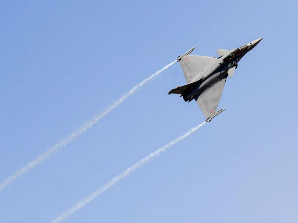 Rafale Fighter jet shows spectacular maneuvers as Aero India 2019 kicks off in Bengaluru