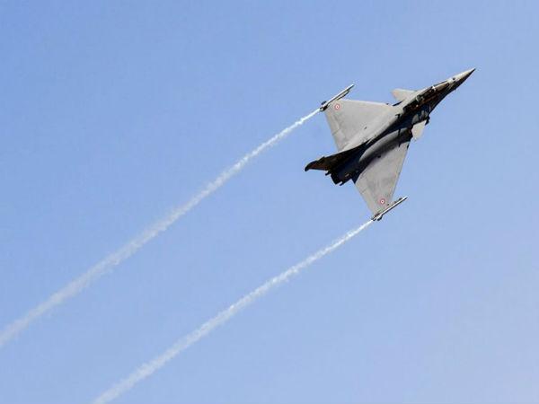 Rafale Fighter jet shows spectacular maneuvers as Aero India 2019 kicks off in Bengaluru