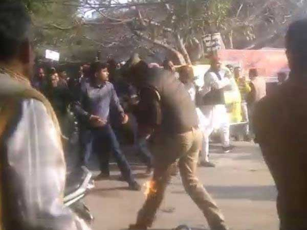 Protests erupt in UP after Akhilesh stpooed from boarding flight, police resort to lathicharge