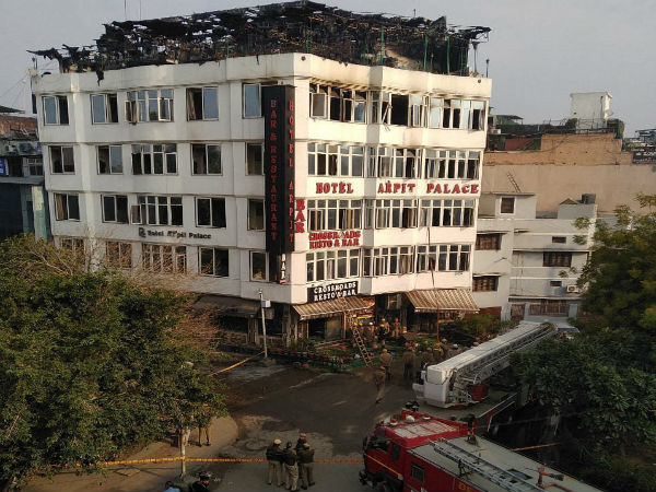 [Delhi: 17 killed in fire at Hotel Arpit Palace in Karol Bagh; 2 jumped off the building]