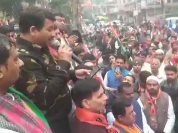 Manoj Tiwari wears Army jacket at BJP rally