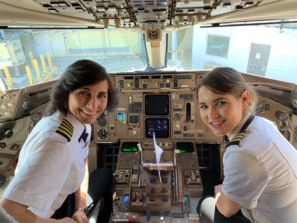 Captain Wendy Rexon (left) and her daughter, First Officer Kelly on a Delta Airlines flight; photo credit: Twitter @ERAUWatret