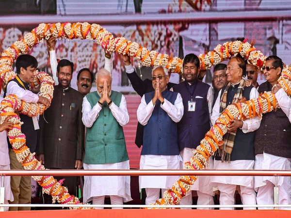 Prime Minister Narendra Modi flanked by Bihar Chief Minister Nitish Kumar, Union Minister and LJP chief Ram Vilas Paswan being garlanded during 'Sankalp Rally'