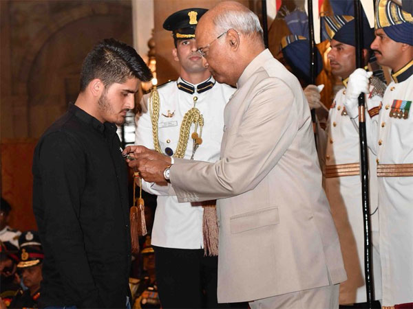 President Ram Nath Kovind awards Shaurya Chakra to Kashmir teen for fighting militants