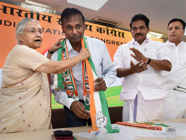 MP Udit Raj being welcomed by DPCC President Sheila Dikshit as Congress leader KC Venugopal and Randeep Surjewala look on, at the party headquarter in New Delhi