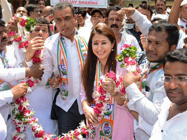Bollywood actress and Congress candidate from Mumbai North seat Urmila Matondkar with Mumbai Congress President Milind Deora during an election campaign rally at Borivali in Mumbai, Wedbesday, April 10, 2019. (PTI Photo)