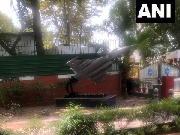 Rafale replica put up outside IAF chiefs home opposite Congress headquarters