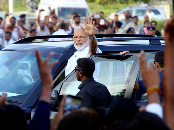 Modi in Varanasi LIVE: PM waves at people on his way to Kashi Vishwanath temple