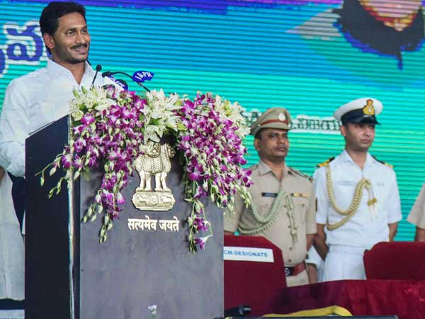 Jagan Reddy hosts lunch to KCR, Stalin; gives PMs ceremony a miss