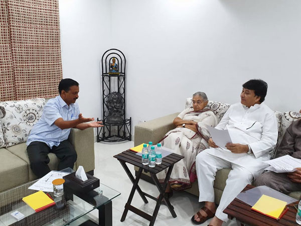 Sheila Dikshit meets Kejriwal, raises power and water supply-related issues