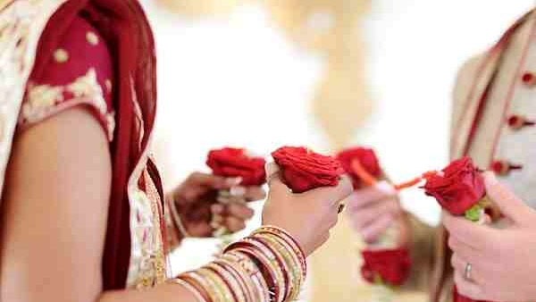 Groom, dad arrives drunk for wedding, Bride's family takes relatives Hostage and Demands Rs 3.5 Lakh!