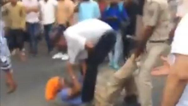 Viral video: Tempo driver attacks cops with sword, cops fight back in Delhi